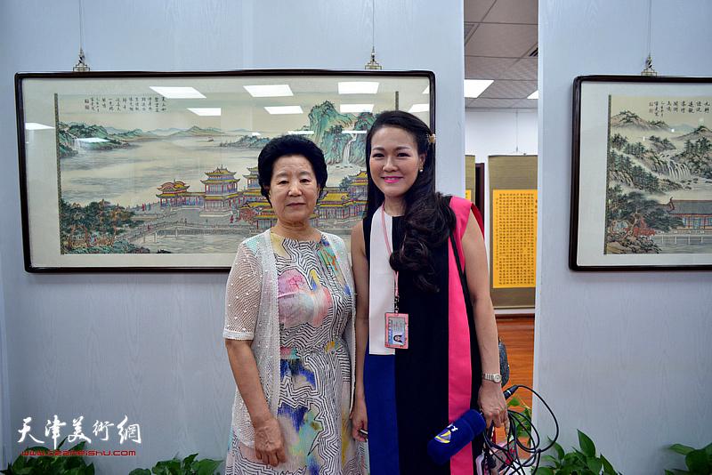 曹秀荣与记者齐祺在展览现场。