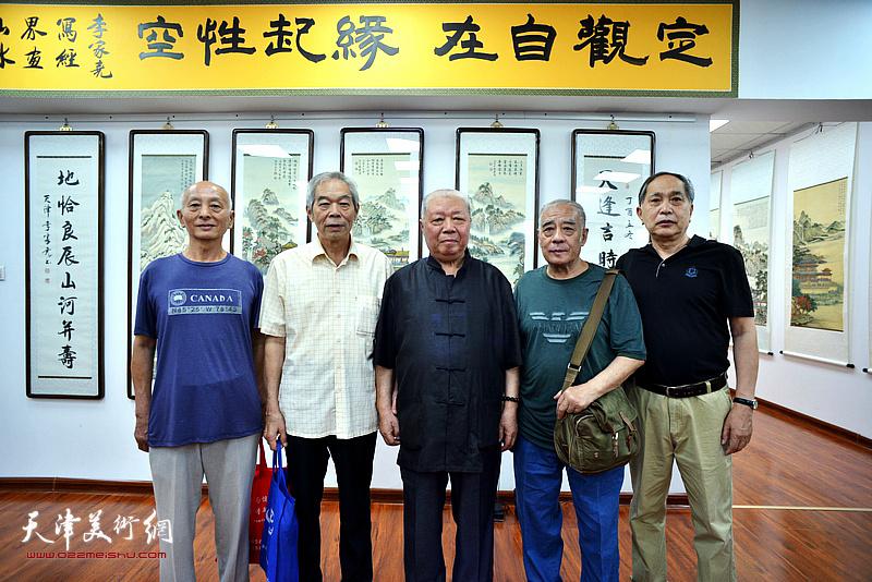 李家尧先生与来宾在展览现场。