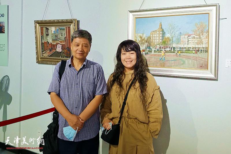 刘志平与刘莉莉在画展现场。