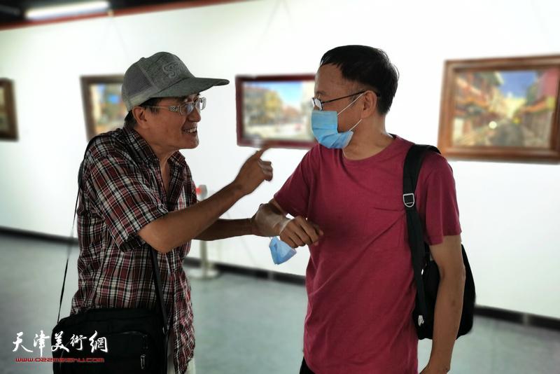 张小凡、刘武进在画展现场。