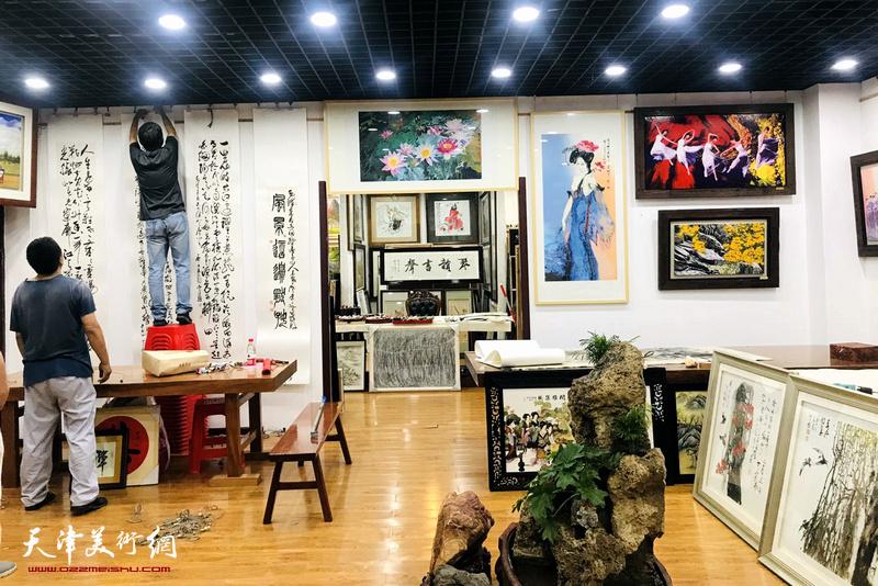 彩韵抒怀一一霍然意象泼彩艺术作品展在鹤艺轩布展。
