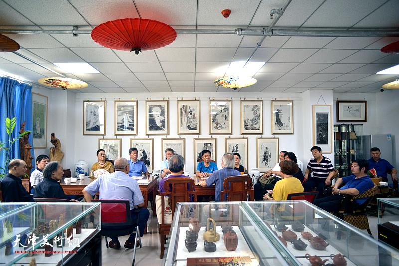 """""""百年华彩一一庆祝中国共产党建党100周年艺术作品展""""创作推进座谈会在王金厚艺术馆举行。"""
