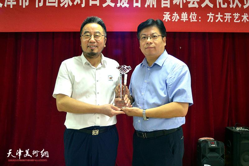 陈文强为参与活动的书画家方大开颁发纪念奖杯