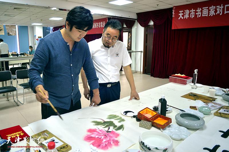 书画家方大开、陈泓宇在捐赠仪式现场创作