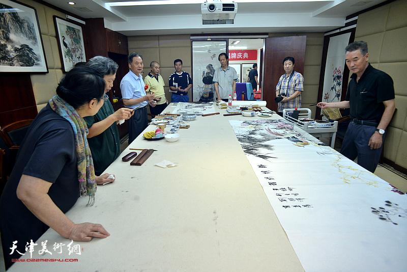 书画家在朝华园南开画院活动中心创作。