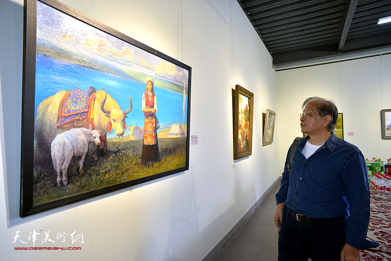 赵承锐观赏展出的作品。