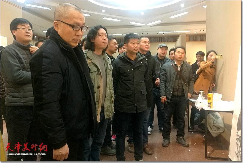 周京新先生指导《老兵——军礼》创作。