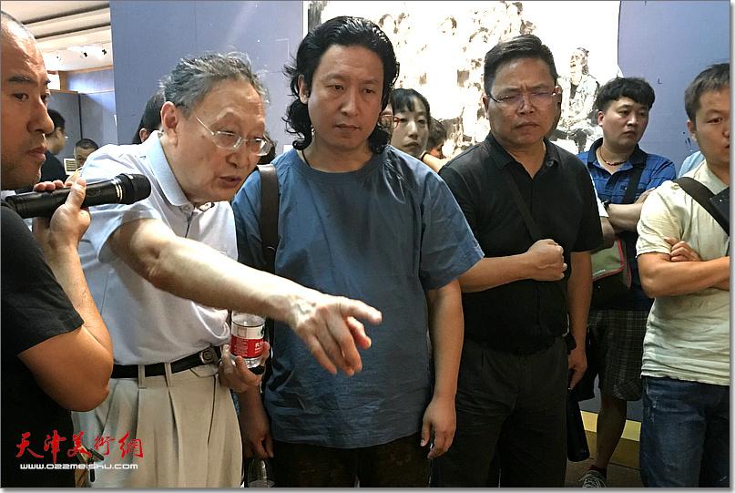 丁中一先生指导《老兵——军礼》创作。