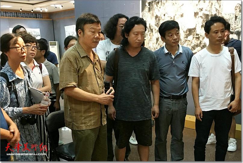 袁汝波先生指导《老兵——军礼》创作。