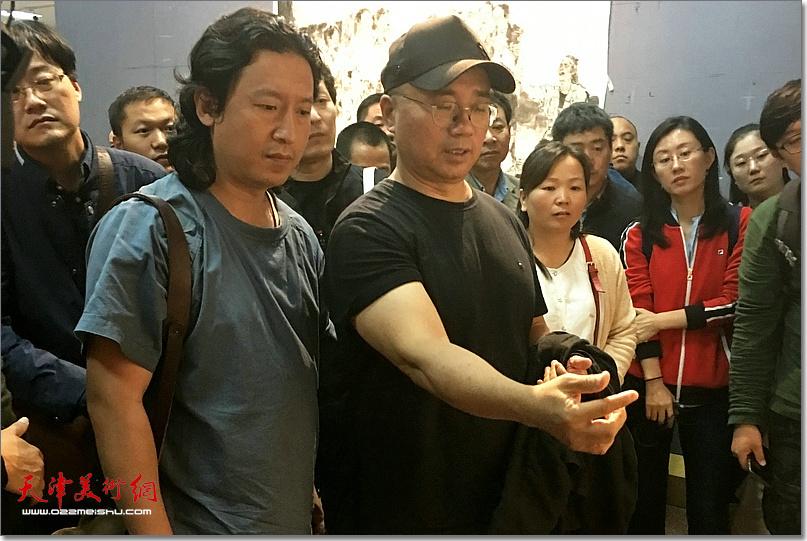 王颖生先生指导《老兵——军礼》创作。