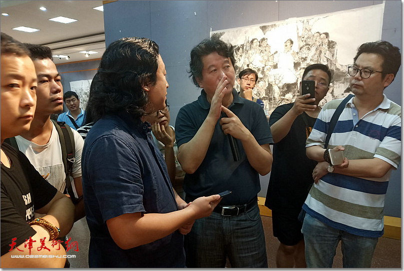 张江舟先生指导《老兵——军礼》创作。