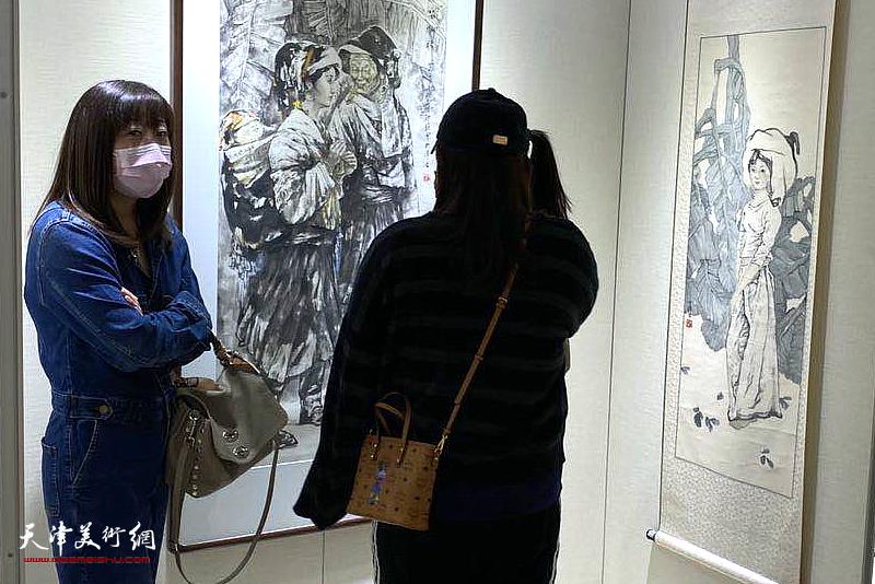 """""""庆国庆、迎中秋——王印强书画展""""现场。"""