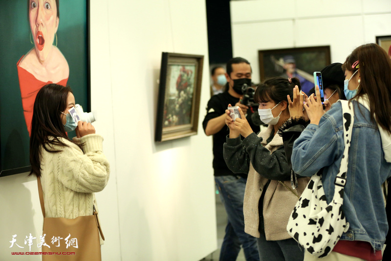 """""""凝心聚力奔小康""""第四届群众美术书法摄影作品省际巡回展现场"""
