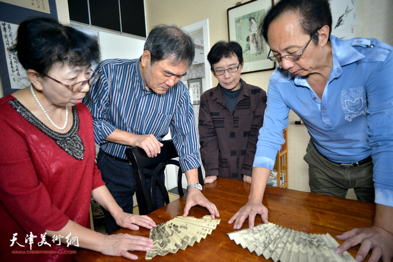 萧惠珠、哈铭、李文祥观赏哈珮先生作品。