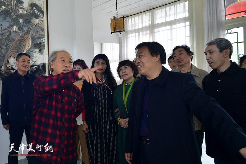 王书平在天津铁路文化宫观赏职工书画作品。