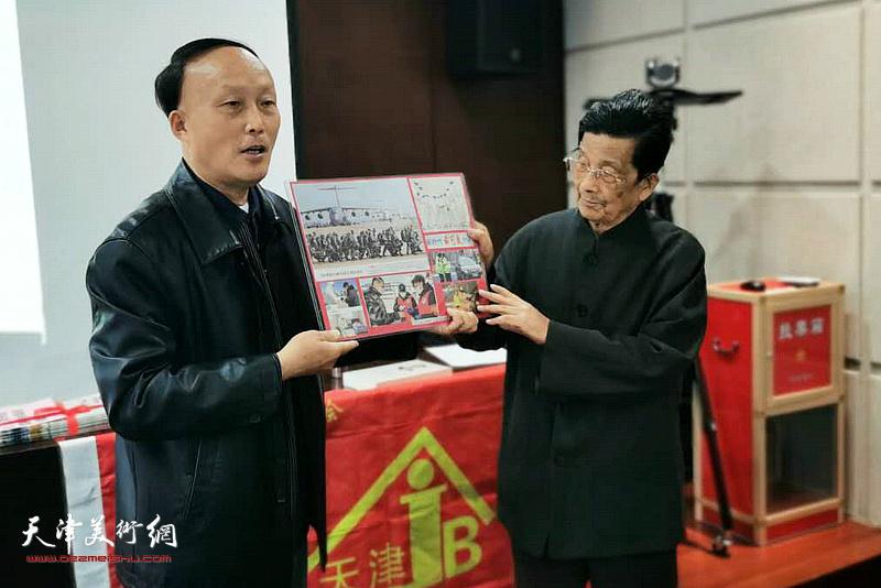 张丹向到场的来宾介绍杜明岑集报作品。