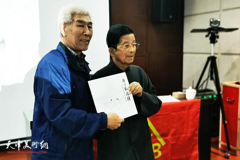 杜明岑老先生向主办方、嘉宾、观众赠送《庚子战疫情——杜明岑速写集》。