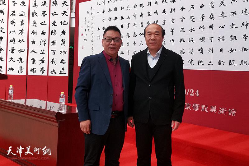 王树秋与嘉宾在书法作品展现场。
