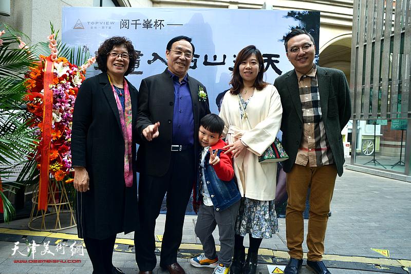 陈钢与家人在画展开幕活动现场。