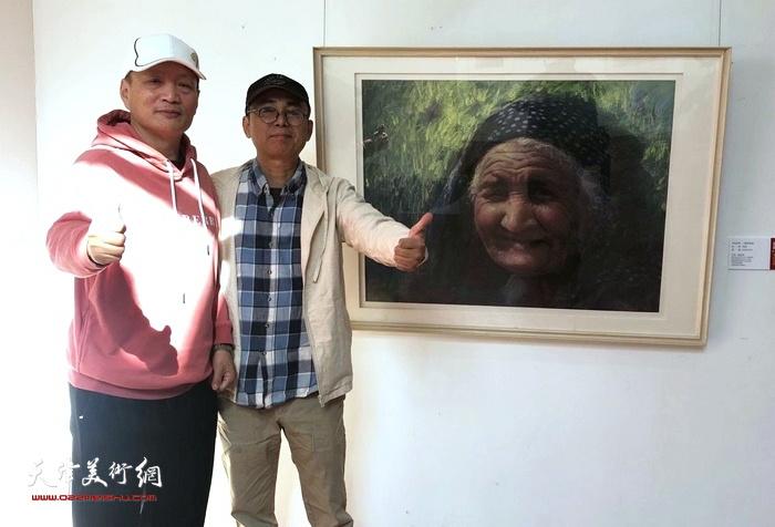 粉画家马福宝、裴发邦在画展现场。