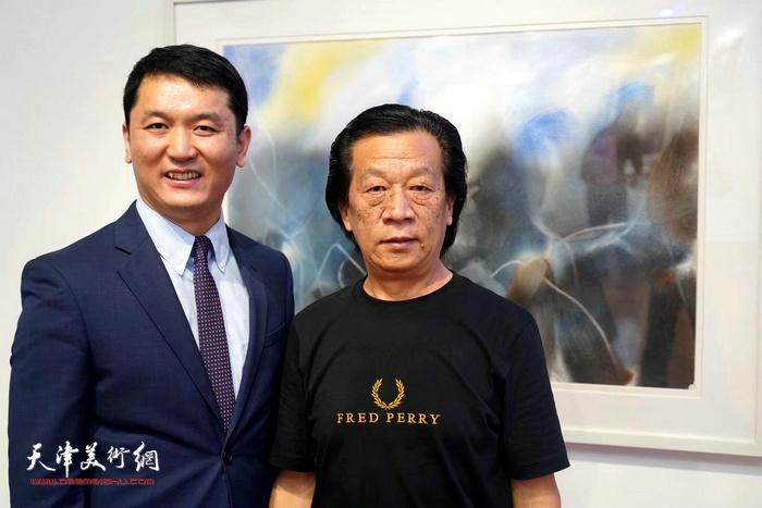 艺术家由曙亮与主持人蒋继钢在画展现场