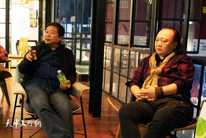 平龙、朱志刚在画展现场交流。