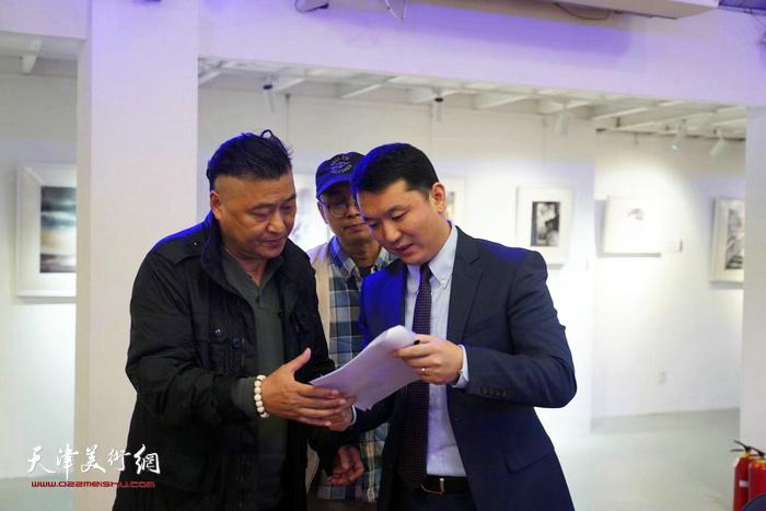 艺术家、嘉宾们在画展现场交流。