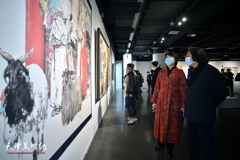孙杰、贾广健在展览现场观看作品。