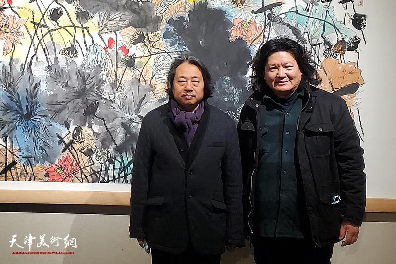 贾广健、曹敬钢在展览现场。