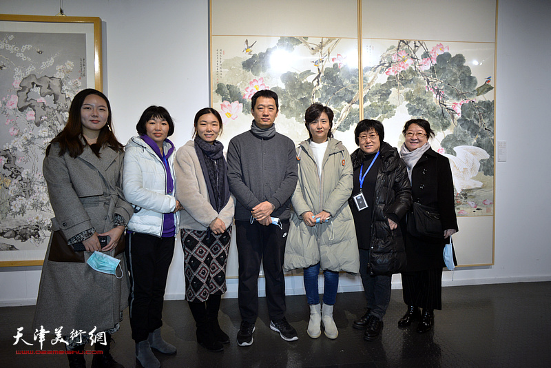周午生与学生们在展览现场。