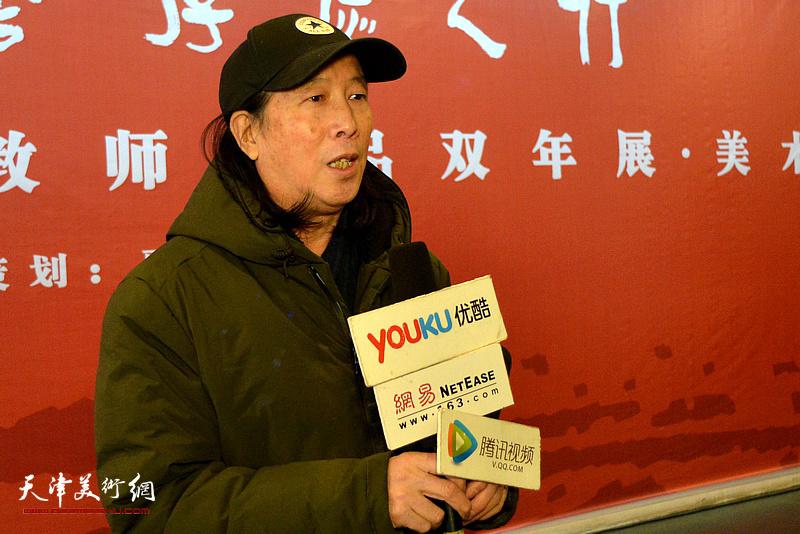 周世麟在展览现场接受媒体采访。