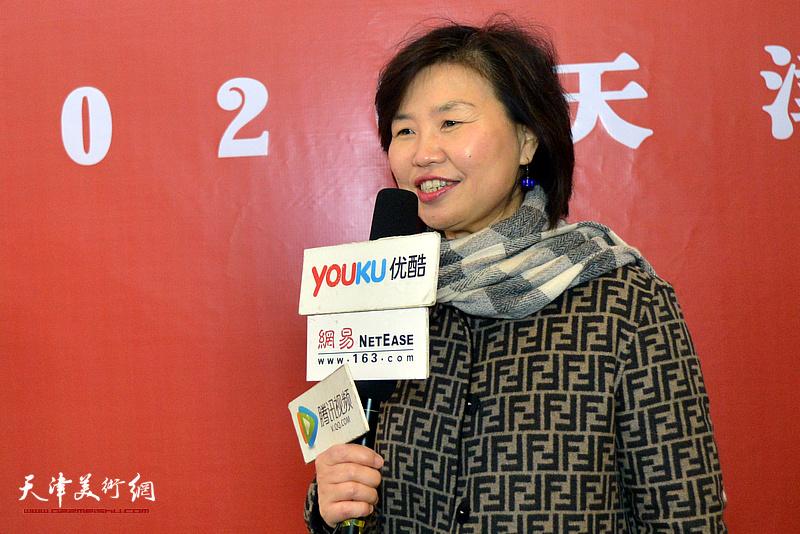 龚立君在展览现场接受媒体采访。