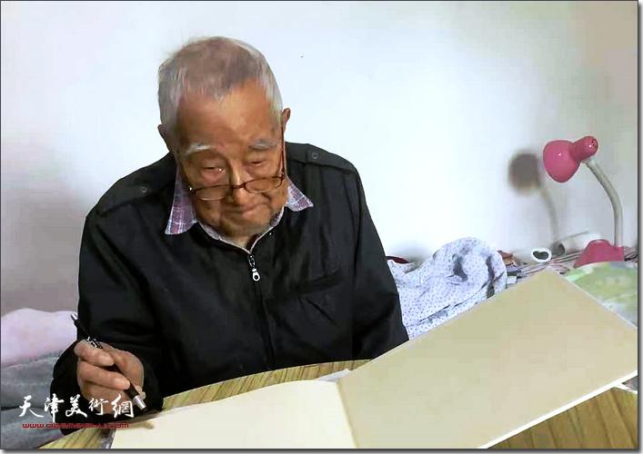 秦征先生在家中。(2018年)