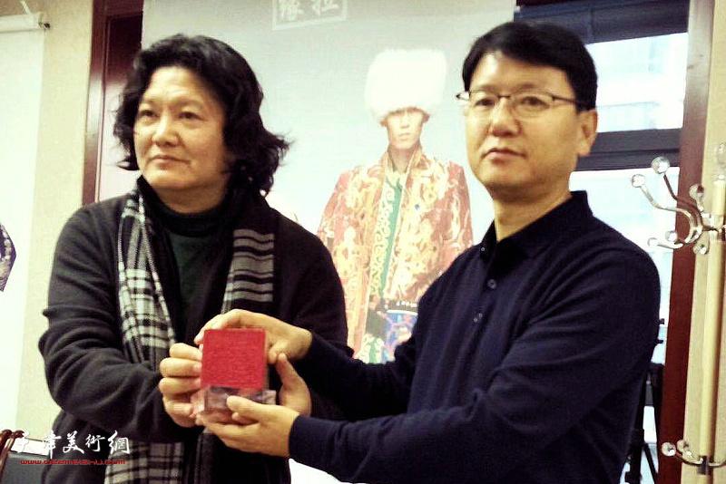 曹敬钢与撒拉族自治县县长韩兴斌。