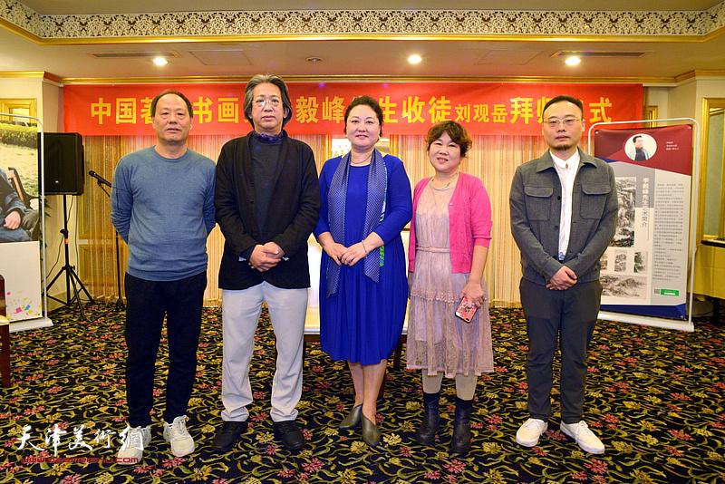 师傅李毅峰、师母赵星与刘观岳及其父母在拜师仪式上。