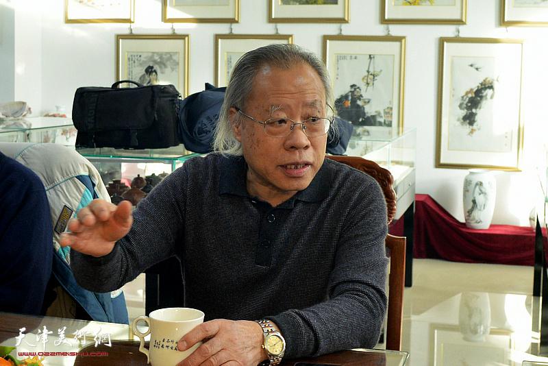 王金厚对巨制国画的创作发表意见。