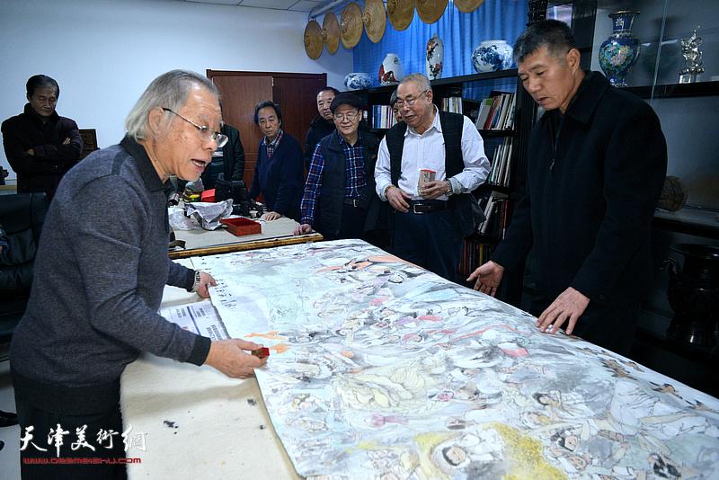 书画家们在巨制国画作品创作现场。
