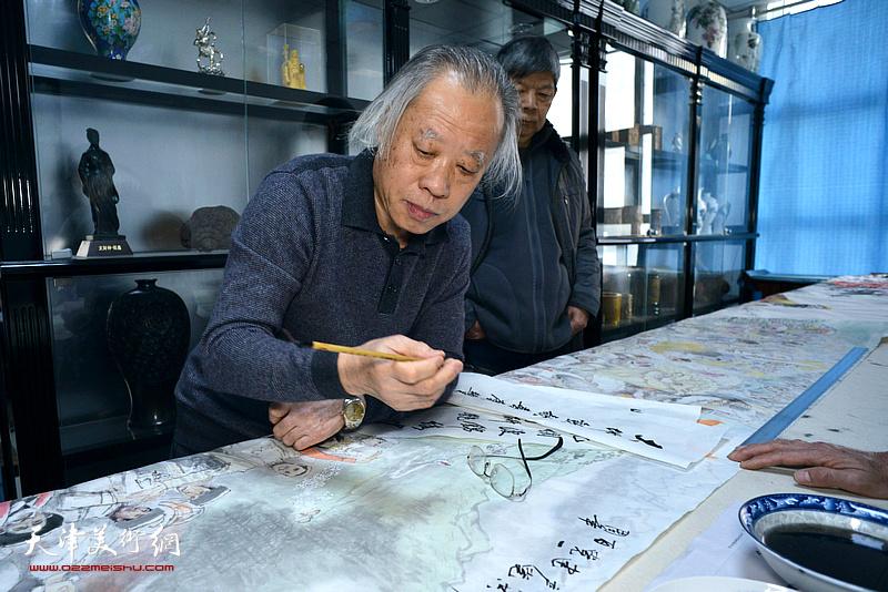 王金厚先生在创作巨制国画《大地欢歌,喜庆丰收》。