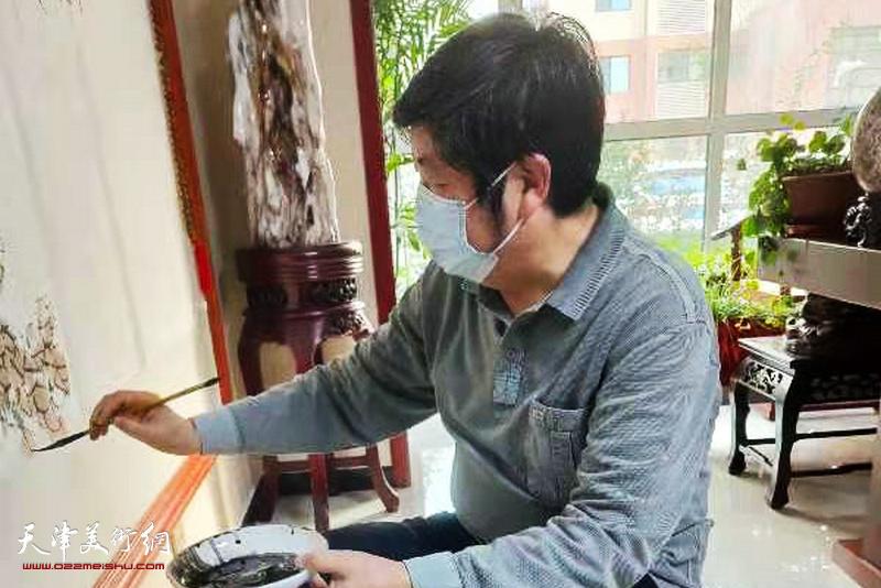 王惠民在创作巨制国画《山花烂漫,锦绣中华》。