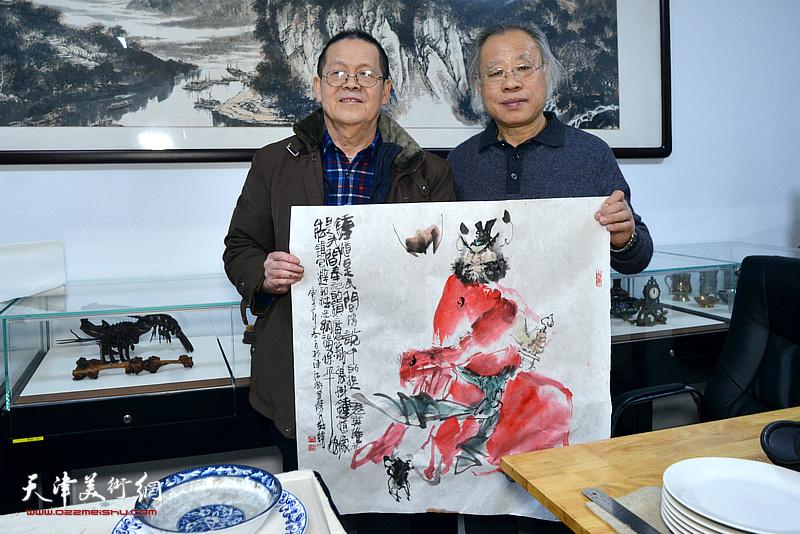 王金厚、尚金声在人民书画院创作现场。