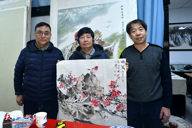 王惠民、杨文在人民书画院创作现场。