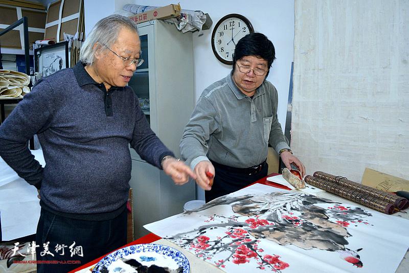 王金厚、王惠民在人民书画院创作。