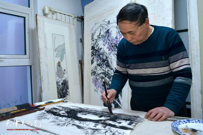 郭凤祥在人民书画院创作。