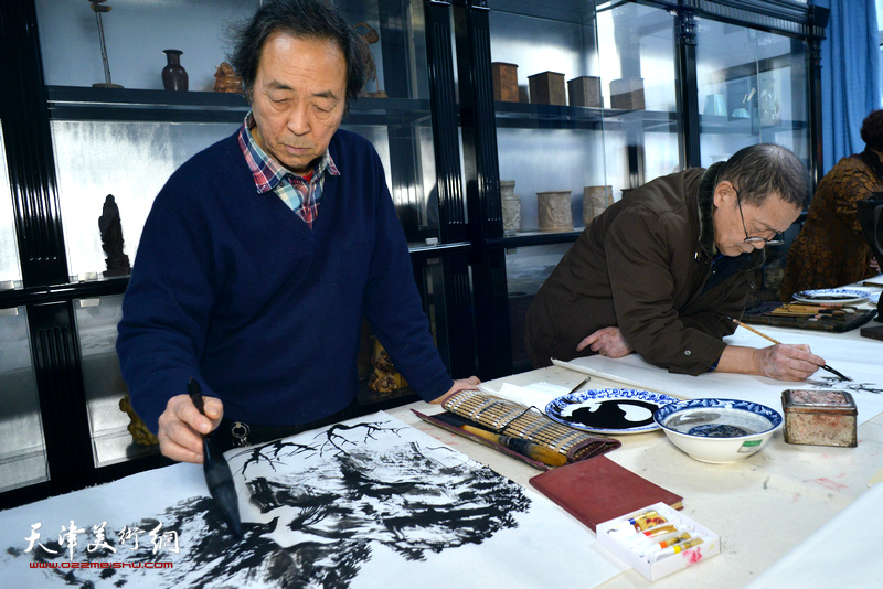 尚金声、王寅在人民书画院创作。