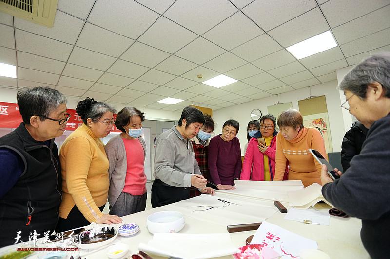 著名花鸟画家王惠民走进天津高新区航天城社区开展国画创作公益辅导