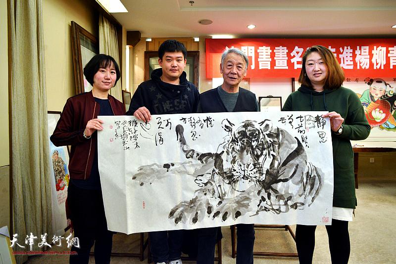 赵玉山与杨柳青画社属虎的青年传承人在现场。