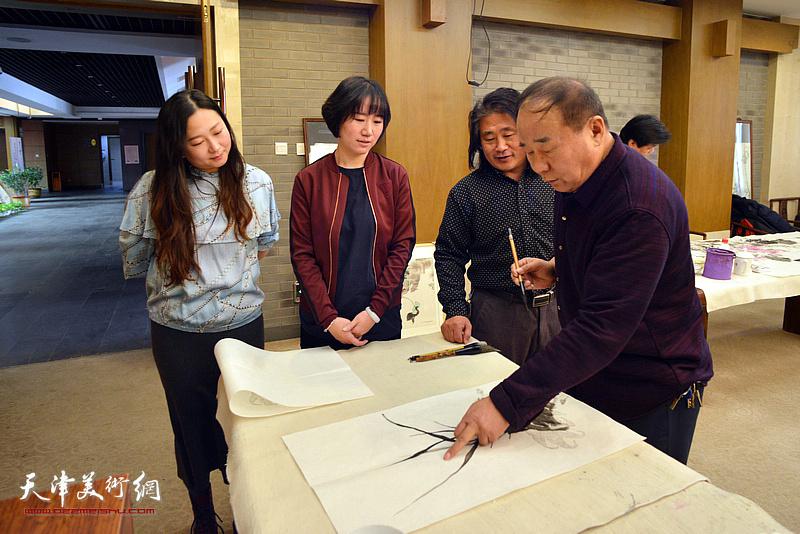 邢立宏与王海玲在活动现场交谈。