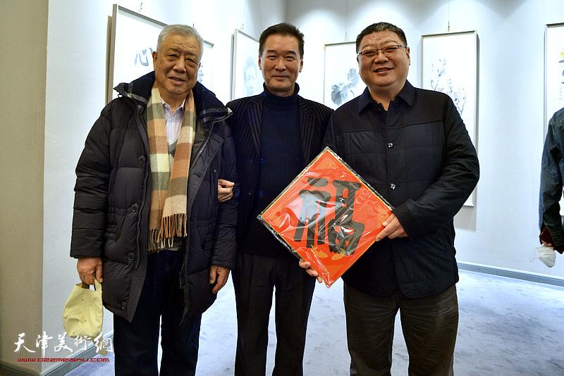 陈之海与来宾在展览现场。