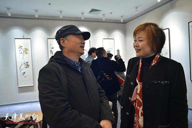 邢立宏、李澜在展览现场交流。