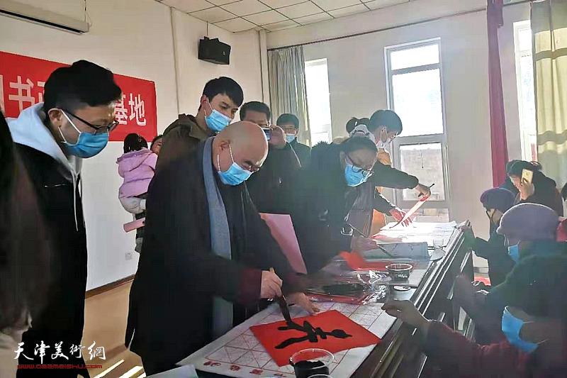 """""""南开情暖,送福下乡""""活动走进武清区韩指挥营村"""